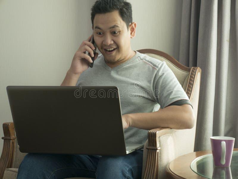 Man som hemifrån arbetar, online-affärsidé royaltyfri foto