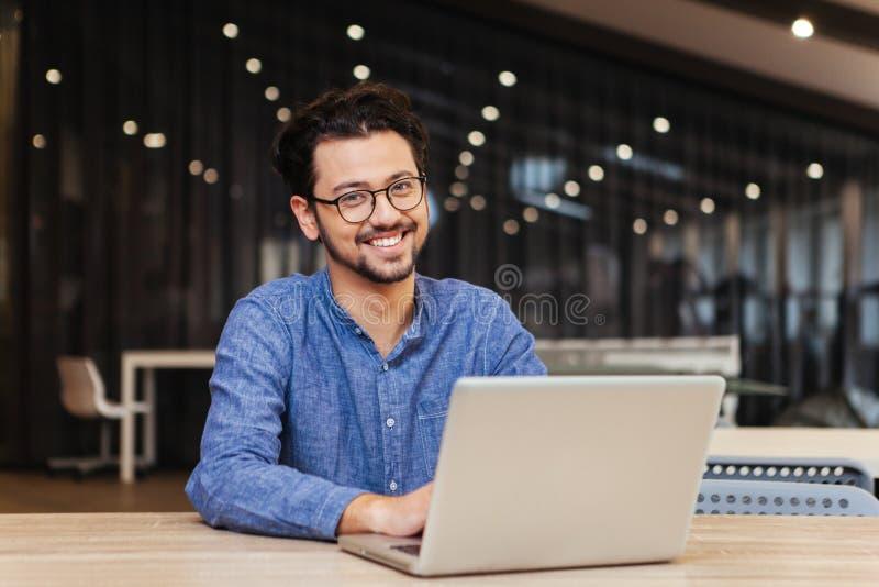 Man som i regeringsställning använder bärbar datordatoren royaltyfri foto