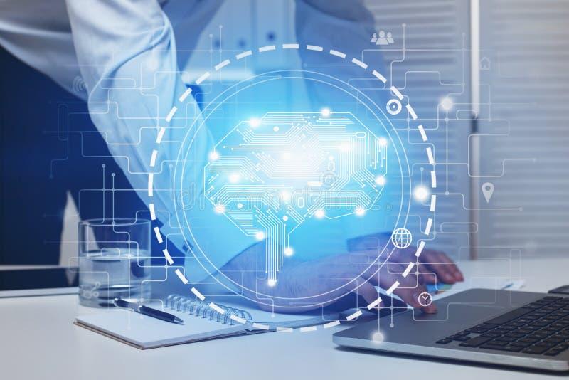 Man som i regeringsställning använder bärbara datorn, AI-hjärnmanöverenhet royaltyfria foton