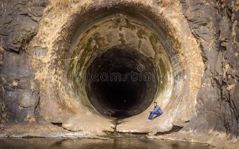 Man som inom sitter av den Anjuruli tunnelen arkivfoton