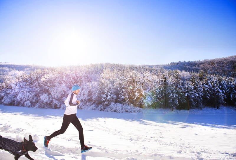 Man som joggar i vinternatur fotografering för bildbyråer