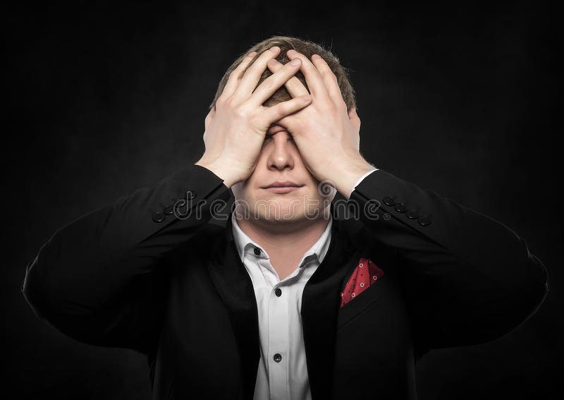 Man som känner en huvudvärk eller tänker intensely royaltyfri foto