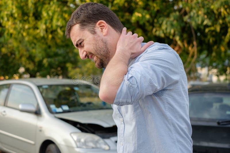 Man som känner sig dålig efter en bilolycka royaltyfria bilder
