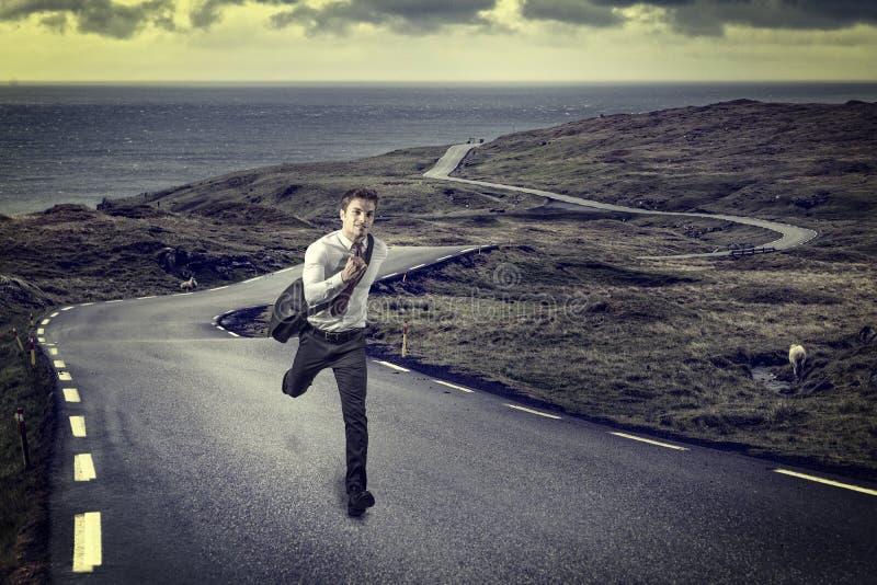 Man som körs på den ensamma vägen arkivfoton