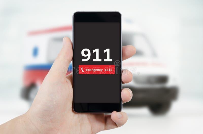 Man som kallar nödläge Ambulans i bakgrund royaltyfri foto