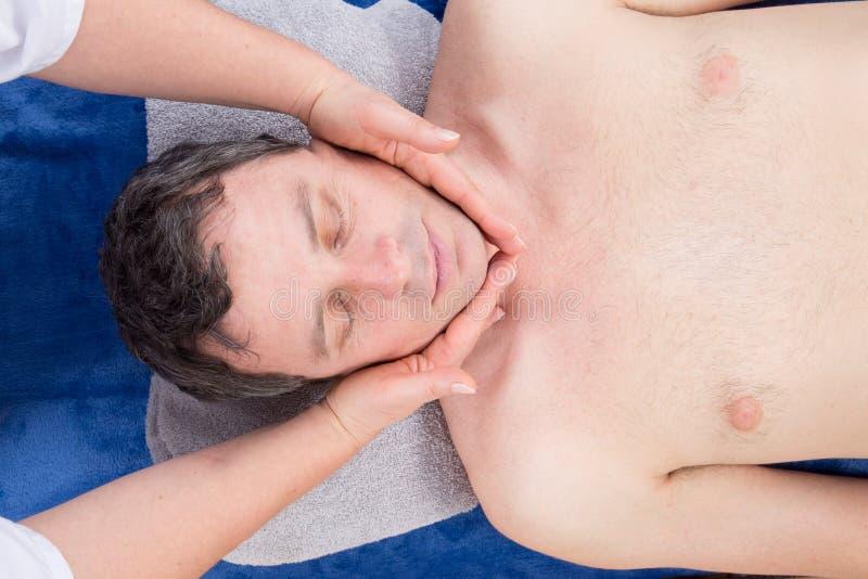 Man som kopplar av på handen för kvinna för massagetabellhäleri royaltyfri fotografi