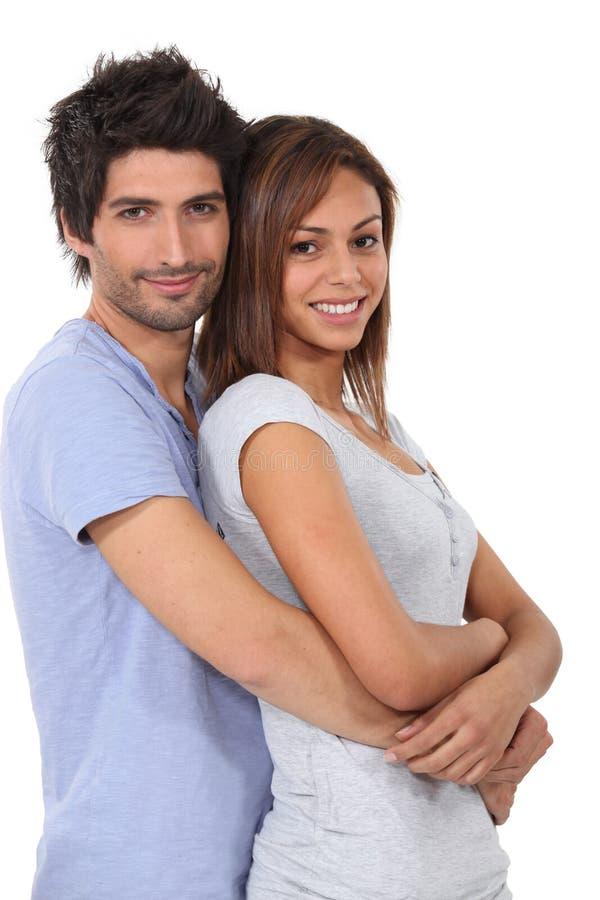 Man som kramar hans flickvän arkivfoto