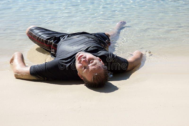 Man som krypas ut ur havet royaltyfri foto
