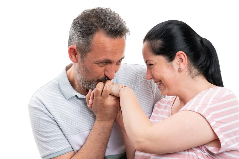 Man som kysser kvinnahanden som romantisk gest royaltyfria bilder