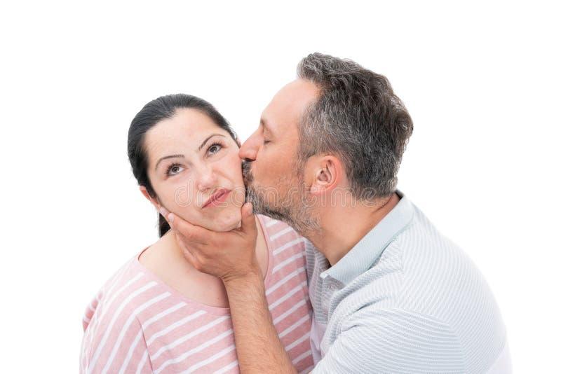Man som kysser kvinnakinden royaltyfria bilder