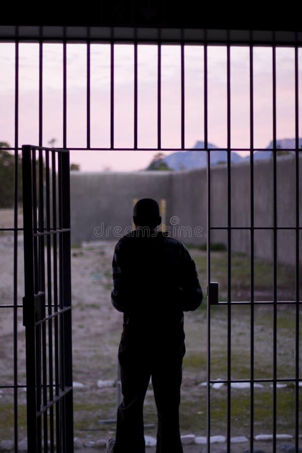 Man som lämnar fängelset arkivbilder
