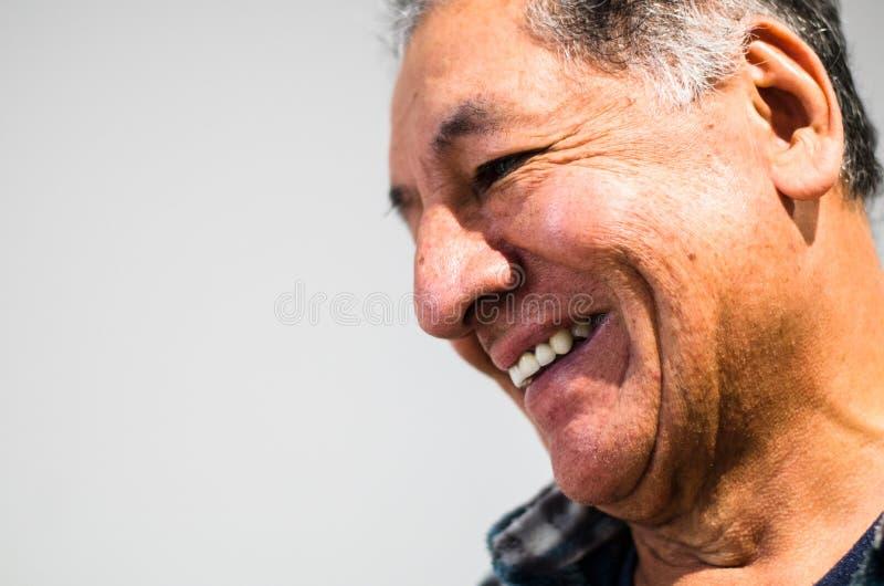 Man som ler bekymmerslöst emotionellt uttrycksbegrepp fotografering för bildbyråer