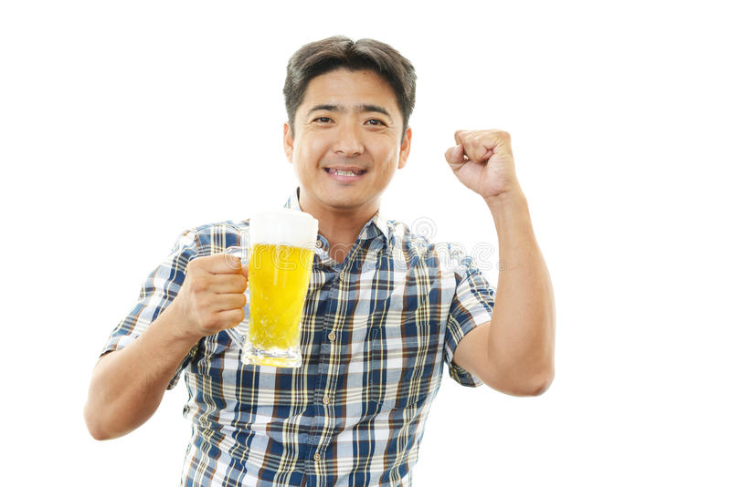 Man som ler med öl royaltyfria bilder