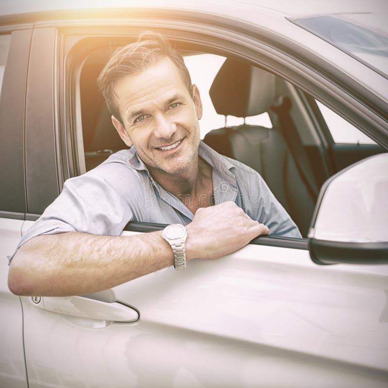 man som ler på kameran i en bil royaltyfria bilder