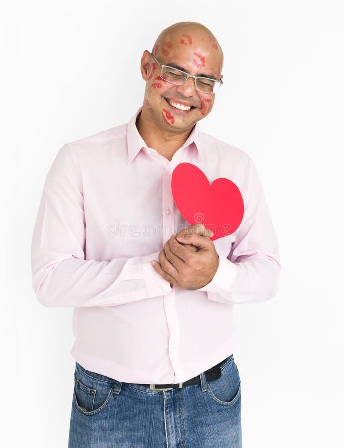 Man som ler ståenden för hjärta för romans för förälskelse för lyckaläppstiftkyss fotografering för bildbyråer
