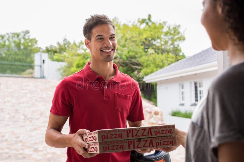 Man som levererar pizzaaskar arkivfoton