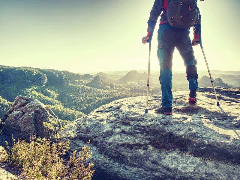 Man som lider benskada på bergvandring Rörelsehindrad fotvandrare royaltyfria foton