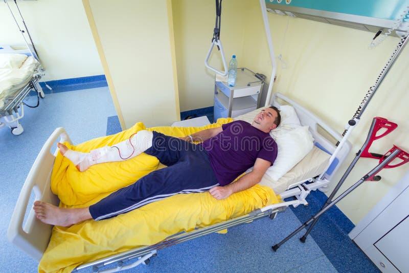 Man som ligger i sjukhus efter kirurgi royaltyfri fotografi