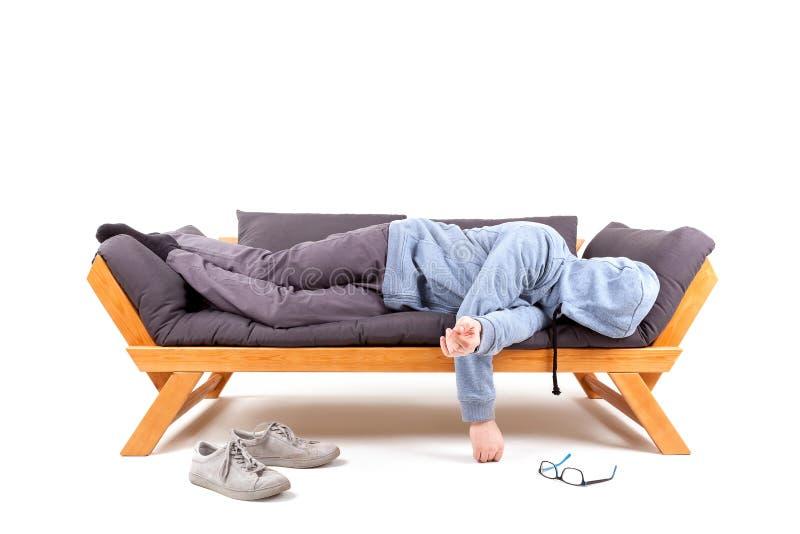 Man som ligger på soffan med bakrus royaltyfri foto