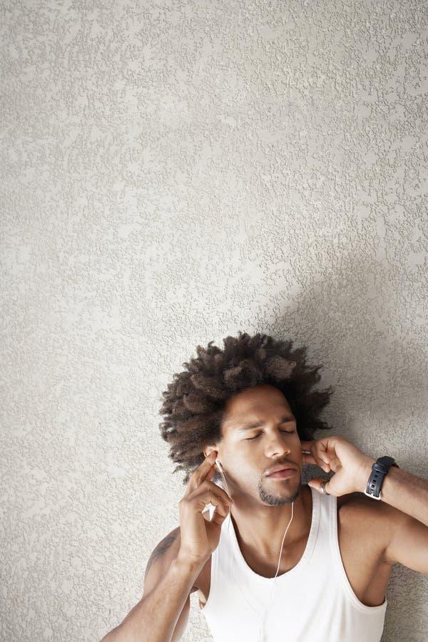 Man som lyssnar till musik royaltyfria bilder