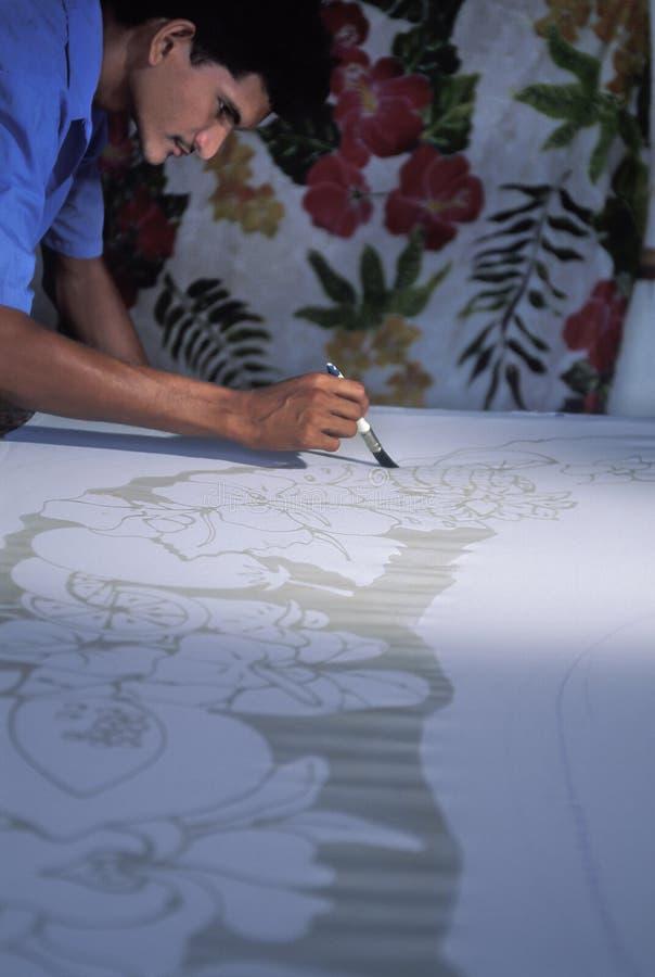 Man som målar en batik, Trinidad royaltyfri fotografi
