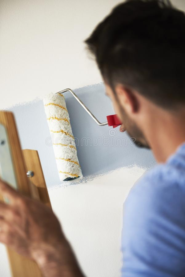 Man som målar hans rum arkivbilder