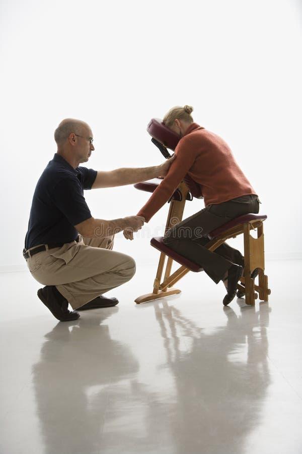 man som masserar kvinnan fotografering för bildbyråer