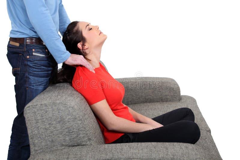 Man som masserar kvinnan royaltyfri fotografi