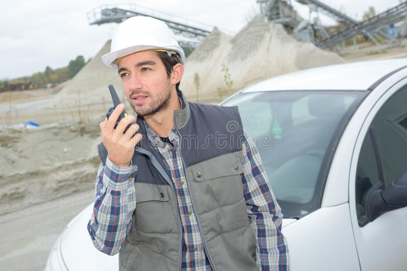 Man som meddelar via walkietalkie arkivfoton