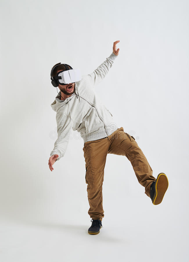 Man som ner faller i virtuell verklighetexponeringsglas royaltyfri fotografi