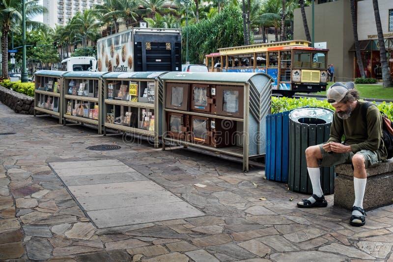 Man som placeras bredvid fot- remsa fotografering för bildbyråer