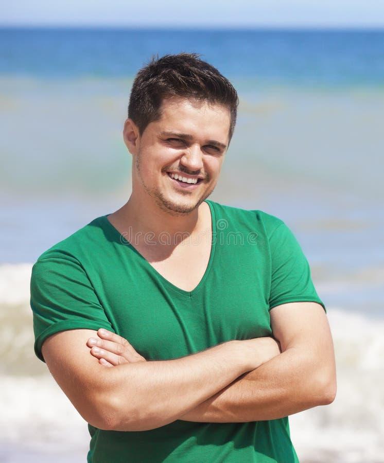 Man som poserar i en strand royaltyfri bild