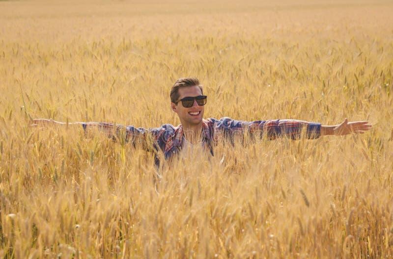 Man som poserar i ett sparat vete arkivfoto