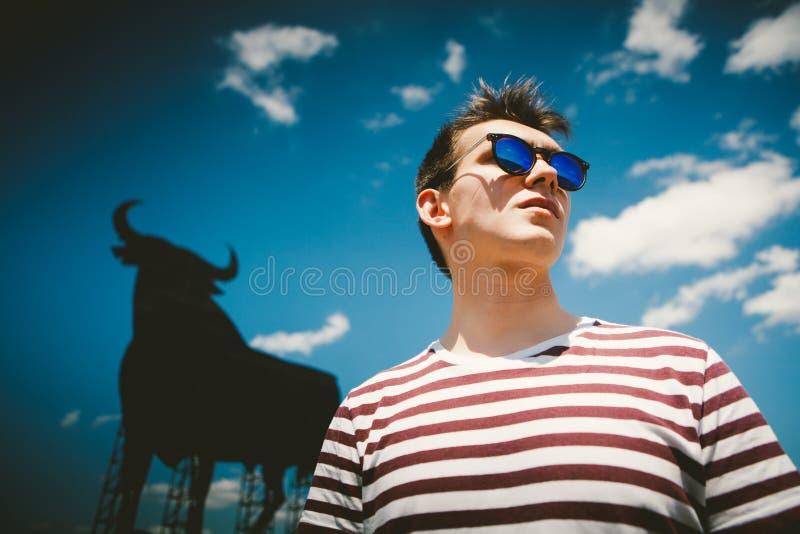 Man som poserar i Spanien fotografering för bildbyråer