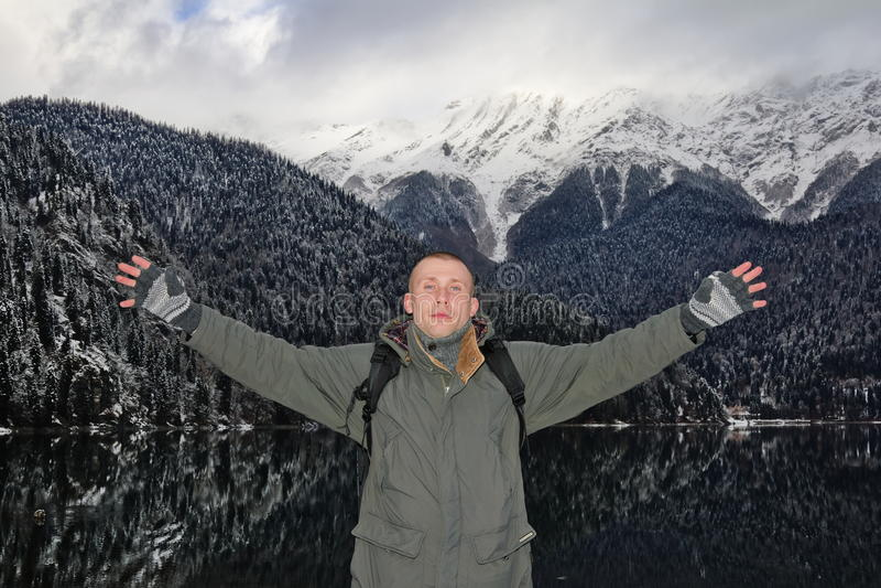 man som poserar på bakgrunden av berg fotografering för bildbyråer