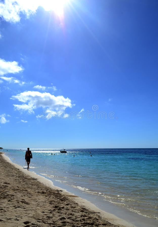 Man som promenerar kusten av det karibiska havet cuba royaltyfri bild