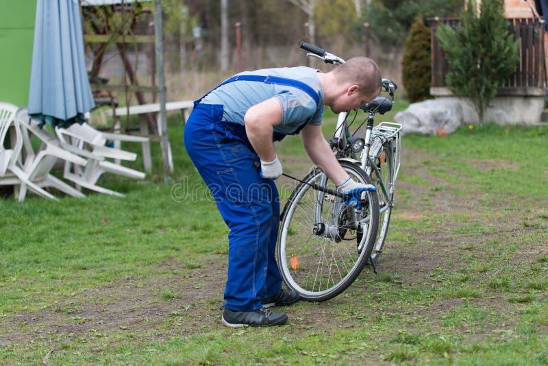 Man som pumpar hjulcykeln arkivbild