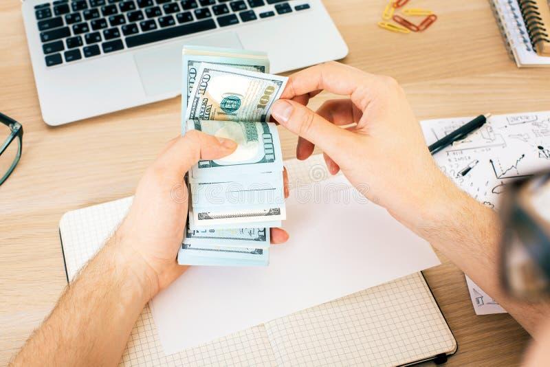 Man som räknar pengaröverkanten arkivbilder