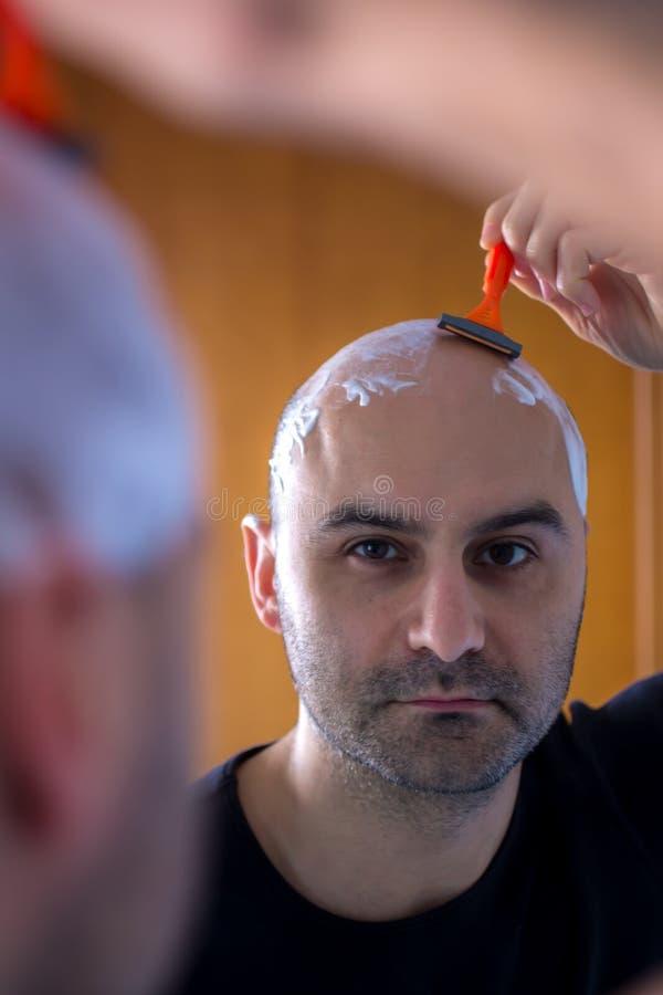 Man som rakar hans huvud arkivfoton