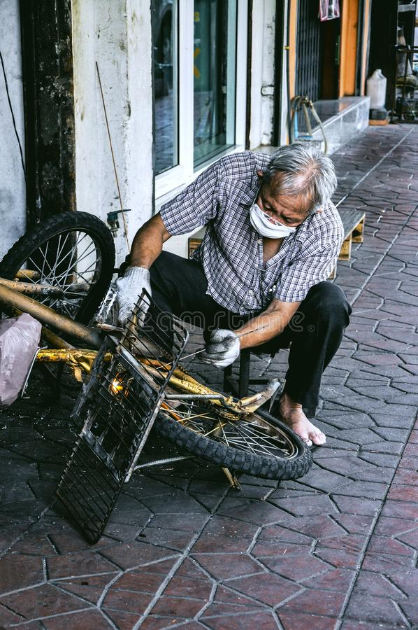 Man som reparerar en cykel fotografering för bildbyråer