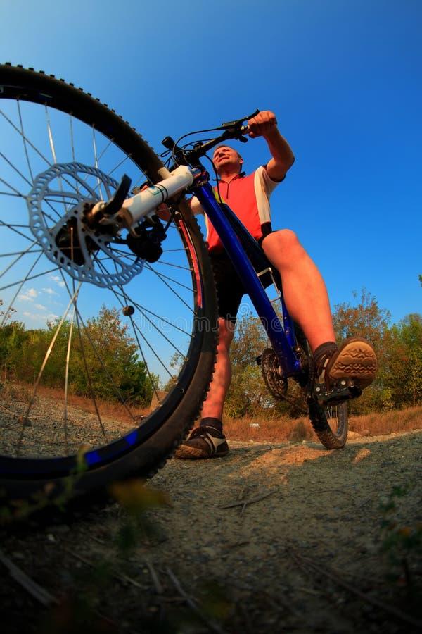 Man som rider en cykel i natur royaltyfria bilder