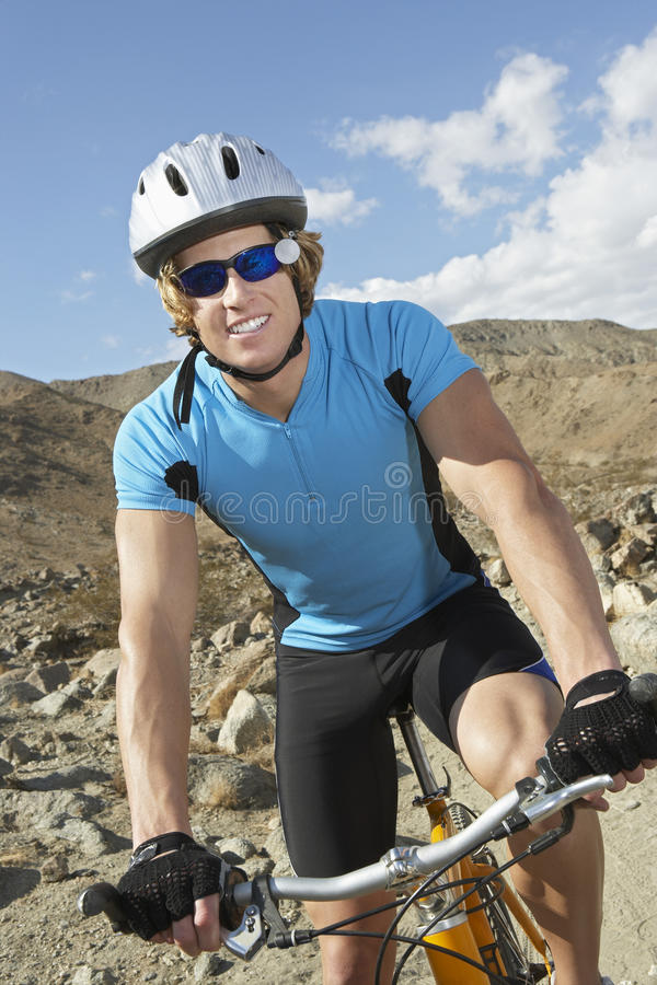 Man som rider en mountainbike royaltyfri foto