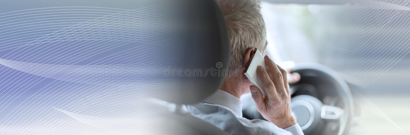 Man som ringer och kör; panorama- baner royaltyfri bild