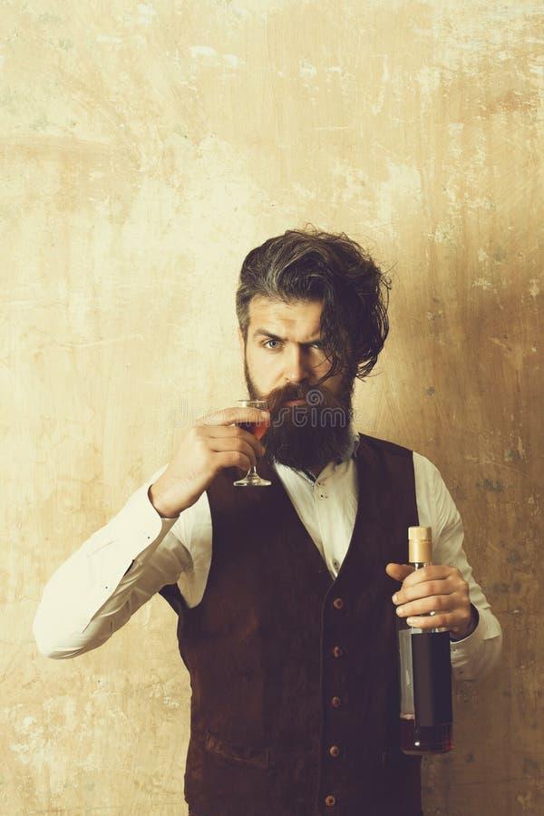 Man som rostar exponeringsglas av vin royaltyfria foton