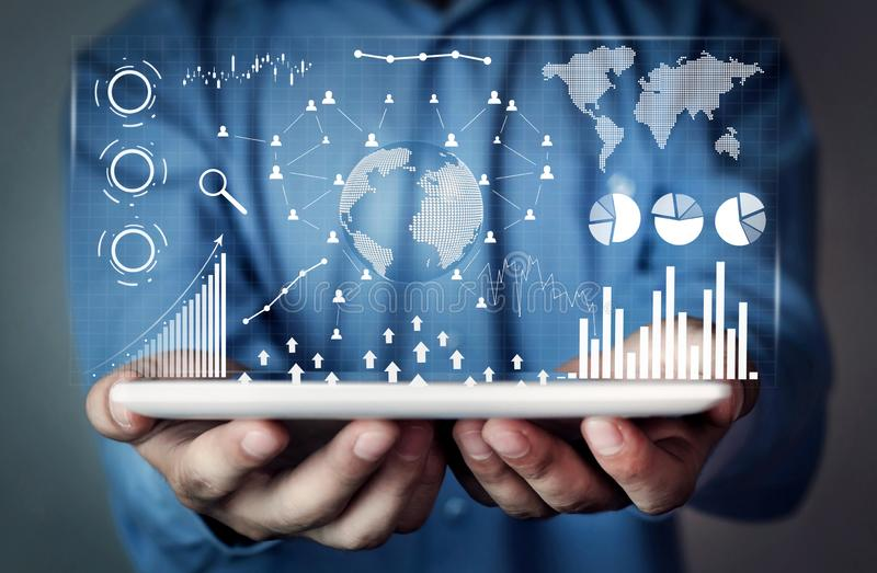 Man som rymmer den Digital minnestavlan Finansiell statistik, affärsgrafer, socialt nätverk och anslutning Framtid och finansbegr royaltyfri foto