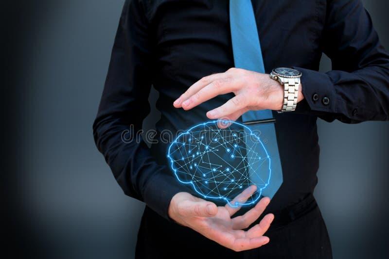 Man som rymmer den glödande polygonal hjärnan på mörk bakgrund royaltyfri fotografi