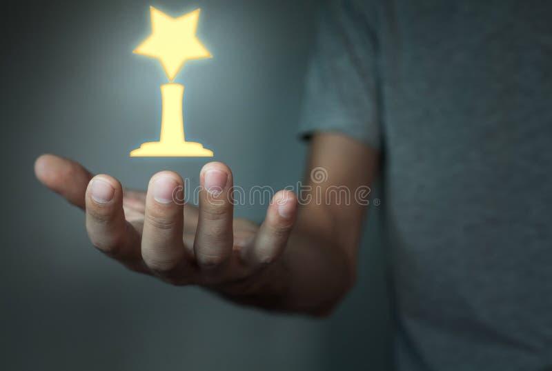 Man som rymmer den guld- utmärkelsen royaltyfri bild