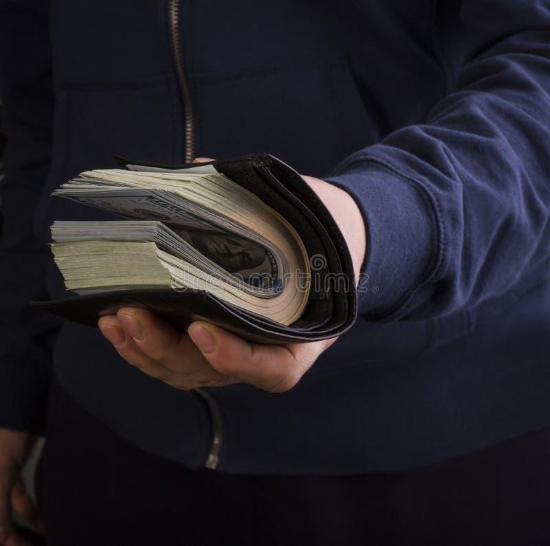Man som rymmer en handväska med pengar arkivbilder