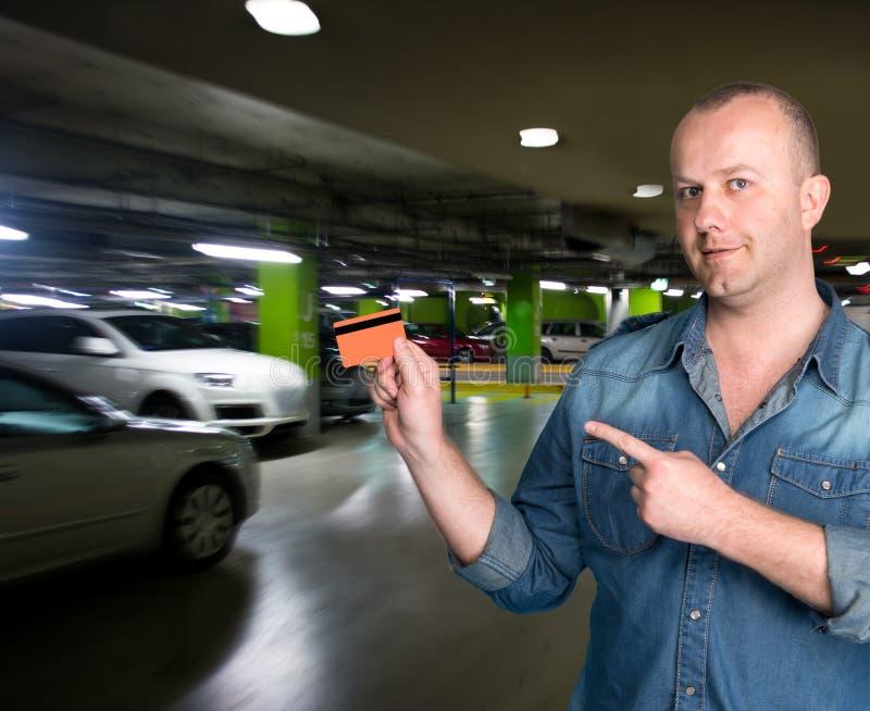 Man som rymmer en kreditkort i hans hand fotografering för bildbyråer