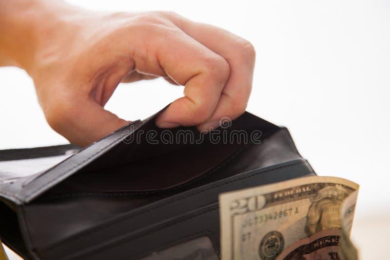 Man som rymmer en svarta handväska och pengar royaltyfri foto